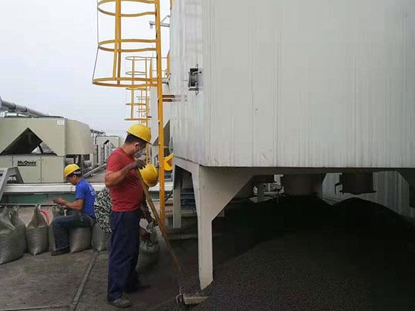 柱状活性炭geng换废料清理